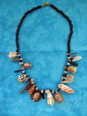 Collier de coquillages tropicaux