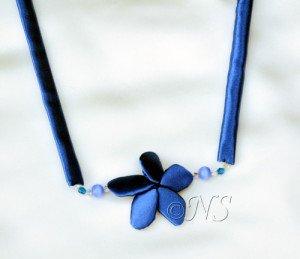 NS collier frangipanier bleu soie
