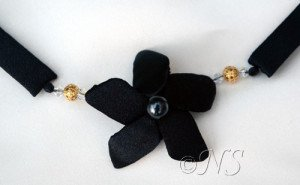 NS collier frangipanier noir