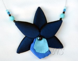 NS collier orchidée bleue